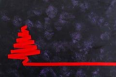 Kerstboom van lint op donkere achtergrond wordt gemaakt die Royalty-vrije Stock Foto's