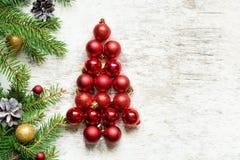 Kerstboom van rode ballen en sparrentakken met decoratie Royalty-vrije Stock Fotografie