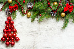Kerstboom van rode ballen en sparrentakken met decoratie Stock Afbeeldingen