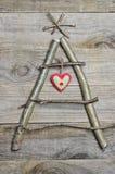 Kerstboom van stokken, takjes, drijfhout dat op houten wordt geschikt Stock Afbeeldingen