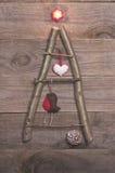 Kerstboom van stokken, takjes, drijfhout dat op houten wordt geschikt Royalty-vrije Stock Foto