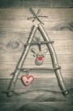 Kerstboom van stokken, takjes, drijfhout dat op houten wordt geschikt Royalty-vrije Stock Fotografie