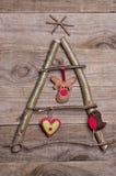 Kerstboom van stokken, takjes, drijfhout dat op houten wordt geschikt Stock Foto's