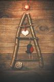 Kerstboom van stokken, takjes, drijfhout dat op houten wordt geschikt Stock Fotografie
