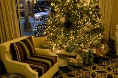 Kerstboom in woonkamer Royalty-vrije Stock Afbeeldingen