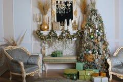 Kerstboom in Zaal, de Nachtbinnenland van het Kerstmishuis Royalty-vrije Stock Fotografie