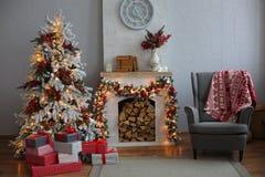 Kerstboom in Zaal, de Nachtbinnenland van het Kerstmishuis Royalty-vrije Stock Afbeeldingen