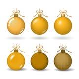Kerstboombal met gouden lintboog Gouden snuisterij vastgestelde die decoratie, op witte achtergrond wordt geïsoleerd Symbool van  vector illustratie