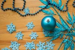 Kerstboombal op een houten achtergrond Stock Foto