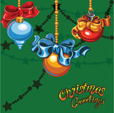 Kerstboomballen op een groene achtergrond Stock Foto