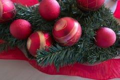 Kerstboombollen in rood en gouden met rood lint Royalty-vrije Stock Foto