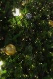 Kerstboomclose-up met magische decoratie stock fotografie