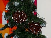 Kerstboomdecoratie in de vorm van kegels Stock Afbeeldingen