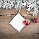Kerstboomdecoratie en sneeuwvlokken op houten achtergrond Royalty-vrije Stock Afbeeldingen