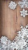 Kerstboomdecoratie en sneeuwvlokken op houten achtergrond Royalty-vrije Stock Afbeelding