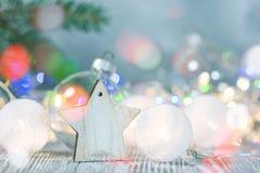 Kerstboomdecoratie en vage heldere slingerlichten royalty-vrije stock afbeelding