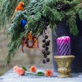 Kerstboomdecoratie met clown, papegaai, Kerstmisballen Stock Foto