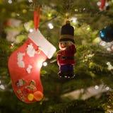 Kerstboomdecoratie met een kous en stuk speelgoed militair Royalty-vrije Stock Afbeeldingen