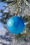 Kerstboomdecoratie op een pijnboom Stock Afbeeldingen