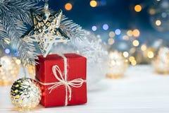 Kerstboomdecoratie op sparrentak en giftdoos opnieuw royalty-vrije stock foto