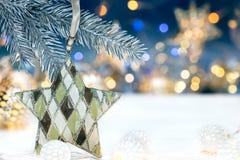 Kerstboomdecoratie op sparrentak tegen vage Li Stock Foto