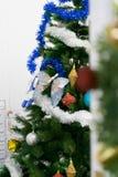 Kerstboomdecoratie in ruimte royalty-vrije stock fotografie