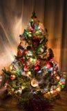 Kerstboomdecoratie, slingers en kleurrijke lichten Stock Fotografie