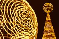 Kerstboomdetail met gouden lichtendecoratie outdoors stock afbeelding