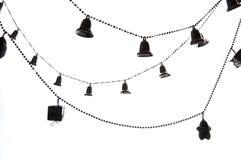 Kerstboomketting met klokken op witte achtergrond worden geïsoleerd die Royalty-vrije Stock Afbeeldingen