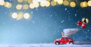 Kerstboomlicht en Kerstboom op stuk speelgoed auto royalty-vrije stock afbeeldingen