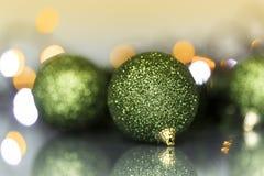 Kerstboomornamenten en ballen Stock Foto's