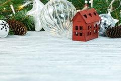 Kerstboomornamenten op wit houten bureau royalty-vrije stock foto's