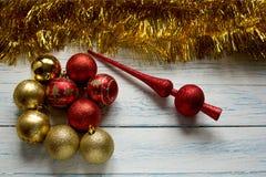 Kerstboomspeelgoed en glanzende gouden slinger Nieuw jaar Stock Afbeeldingen