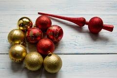 Kerstboomspeelgoed op een witte houten achtergrond Royalty-vrije Stock Foto