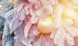 Kerstboomstuk speelgoed decoratie en snow-covered Kerstboomtakken royalty-vrije stock fotografie