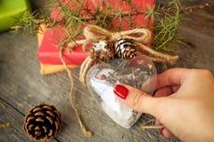 Kerstboomstuk speelgoed hart in de handen van vrouwen Nieuw jaar Kerstmis Stock Foto's