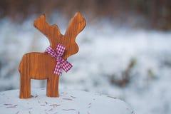 Kerstboomstuk speelgoed herten met een lint op de sneeuw Met een exemplaar-ruimte Royalty-vrije Stock Foto's