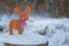 Kerstboomstuk speelgoed herten met een lint op de sneeuw Met een exemplaar-ruimte Royalty-vrije Stock Fotografie