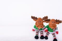 Kerstboomstuk speelgoed herten op de sneeuw Met een exemplaar-ruimte Stock Foto's