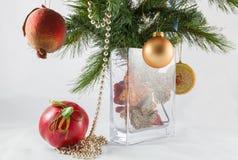 Kerstboomtak en decoratie in een vaas Stock Afbeelding