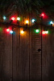 Kerstboomtak en kleurrijke lichten royalty-vrije stock foto