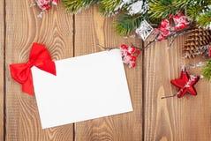 Kerstboomtak en lege groetkaart Stock Afbeeldingen