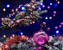 Kerstboomtak met decoratiebal De winter rode, zilveren slinger Royalty-vrije Stock Afbeelding