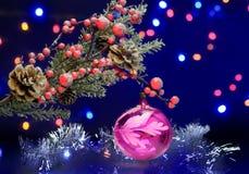 Kerstboomtak met decoratiebal en zilveren slinger Stock Foto's