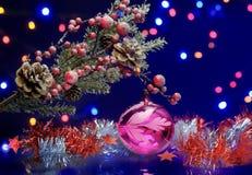 Kerstboomtak met decoratiebal Rode en zilveren slinger Royalty-vrije Stock Foto's