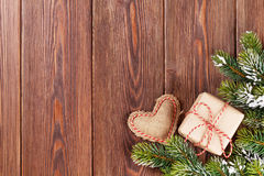 Kerstboomtak met giftdoos en hartstuk speelgoed Royalty-vrije Stock Foto