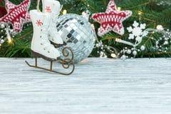 Kerstboomtak met lichten, kleine vleten wordt verfraaid die, silve royalty-vrije stock afbeelding