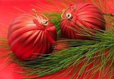 Kerstboomtak met rode snuisterijen Stock Foto's