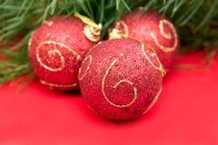 Kerstboomtak met rode snuisterijen Stock Afbeelding