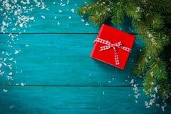 Kerstboomtak met sneeuw en hartstuk speelgoed Stock Afbeeldingen